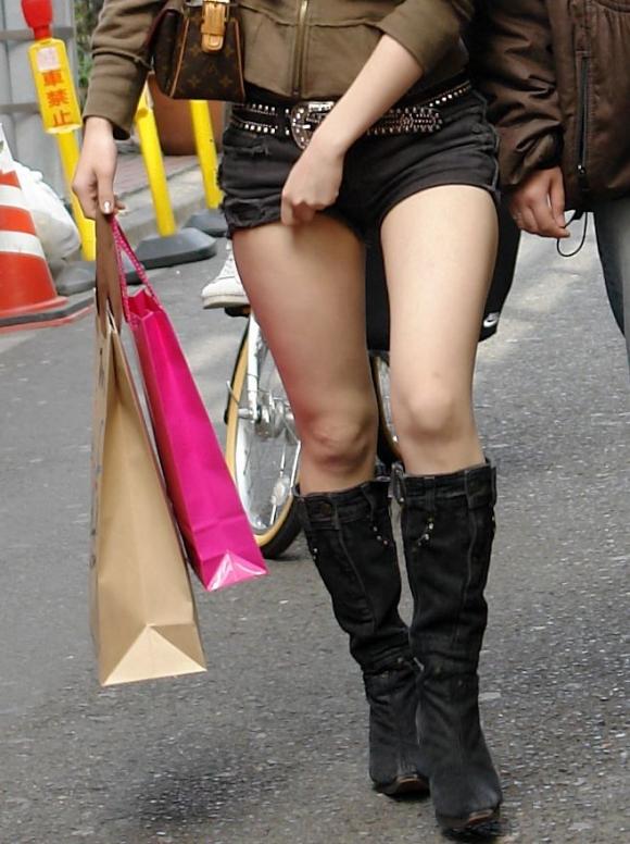 【エロ画像】寒くなり探すのが困難になってきたホットパンツ姿やショートパンツ姿の女子がエロいってことを再確認しようwwwww09_20151126221055e1b.jpg