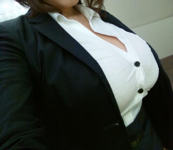 巨乳っ娘がワイシャツ着てるって反則wwwパツパツすぎwwwwwww【画像30枚】09_20151226145517e0e.jpg