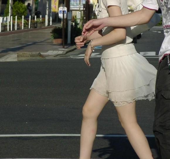 久しぶりに東京行ったら街を歩いてる女の子がくっそエロい服装で歩いててビビったwwwwwww【画像30枚】09_2016021020492692b.jpg
