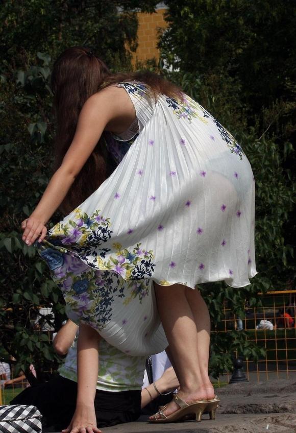 外なのにこんなパンツ透け透け公然猥褻な服装が許されるなんて・・・・・wwwwwww【画像30枚】09_20160225203008aa6.jpg