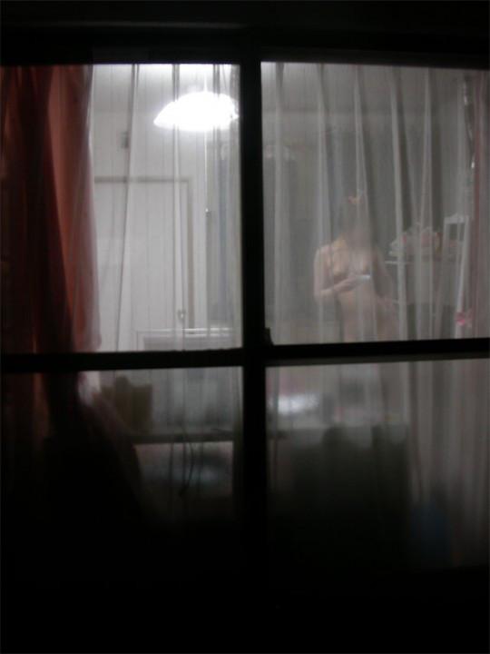 向かいのマンションのベランダを覗いてみたらエロォォォォォい盗撮写真が撮れたぞwwwwwww【画像30枚】09_20160225203956eac.jpg