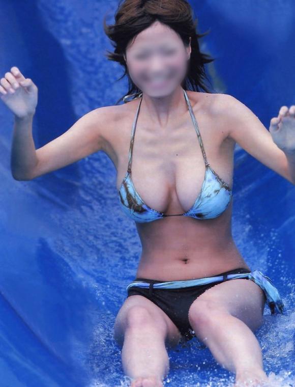 【エロ画像】うゎぁぁぁwww●●●まで見えてるwwwwwウォータースライダー付近で撮られたポロりハプニングwwwwwwwwwww10_20151129134823dae.png