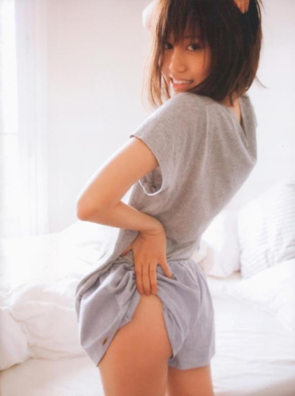 元AKB48あっちゃんこと前田敦子ちゃんの手ブラ半ケツふとももアリのエロかわいいグラビア【画像30枚】10_20151224040605ddb.jpg