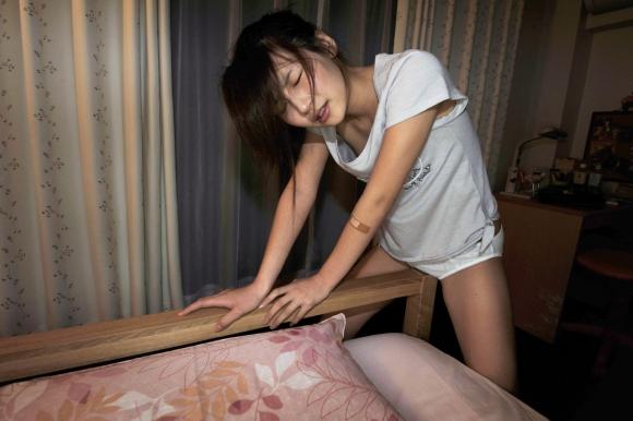 【エロ画像】マンクォォォォォを必死に机の角とかに・・・擦り付けオナニー女子が最近の流行ですwwwwwww11_20151203184124f39.jpg