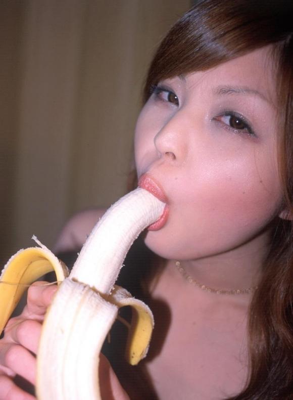 バナナをチンコに見立てた擬似フェラが想像力を刺激してヤバいwwwwwww【画像30枚】11_20151214233043d80.jpg