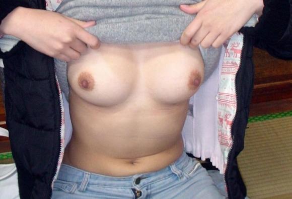 服をめくっておっぱいペロリン見せてる女の子がコチラwwwww【画像30枚】11_20160130201948226.jpg