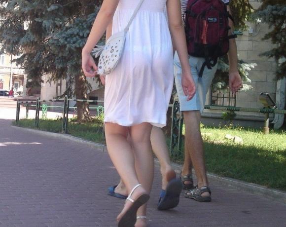 外なのにこんなパンツ透け透け公然猥褻な服装が許されるなんて・・・・・wwwwwww【画像30枚】11_201602252030398f6.jpg