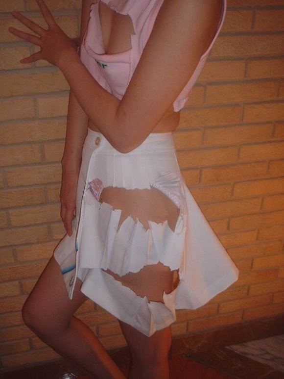 衣服を引き裂かれたり切り取られたりされてる女の子がヤバすぎるwwwwwww【画像30枚】11_20160227214313324.jpg