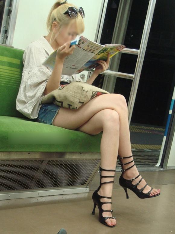 電車内でエロい太ももを曝け出してる女の子の盗撮に成功wwwwwww【画像30枚】11_2016030623433745a.jpg
