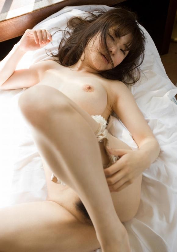 女の子がパンティを脱ぐというエロい行為wwwwwww【画像30枚】11_2016041121342968b.jpg