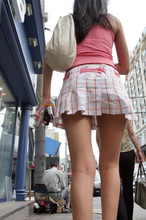 【街撮り】ナンテコッタイwwwパンツ見えそうな服装で外出してる素人が多すぎるwwwwwww【画像30枚】11_20160519221420e28.jpg