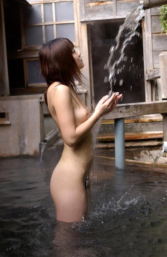 寒いし美女と二人きりで温泉に浸かってゆっくりしたい!www【画像30枚】12_20151227032957760.jpg