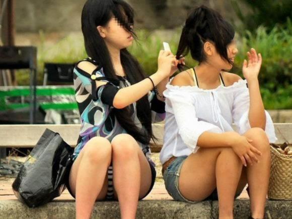 お股が緩すぎてwww下半身ユルユルで惜しげもなくパンチラしちゃう女の子ってwwwwwww【画像30枚】12_20160210211138103.jpg