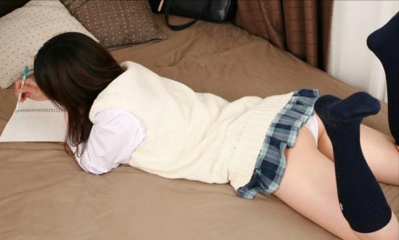 ベッドにうつ伏せになって寝転んでるJKの画像をくださいwwwww【画像30枚】12_201602192327330fa.jpg