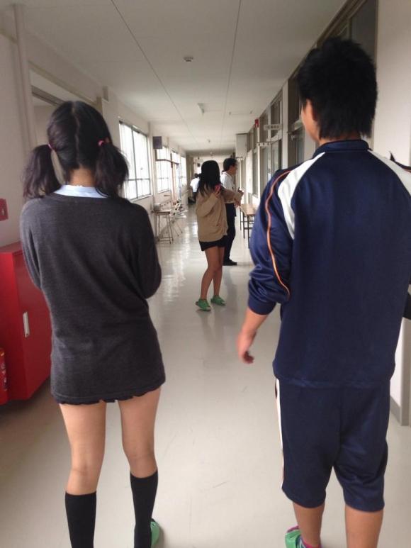 現代っ子なJKたちのスカートが異常なほどに短すぎる件wwwwwww【画像30枚】12_201603312138083f4.jpg