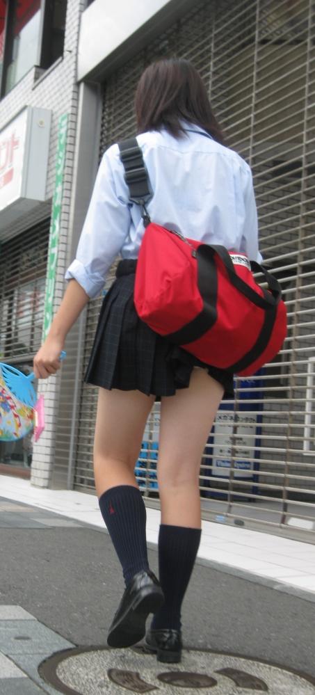【チラリズム】JKのスカートが短すぎて尻肉チラリが街中で頻発してる件!wwwwwww【画像30枚】12_201606070149335f2.jpg