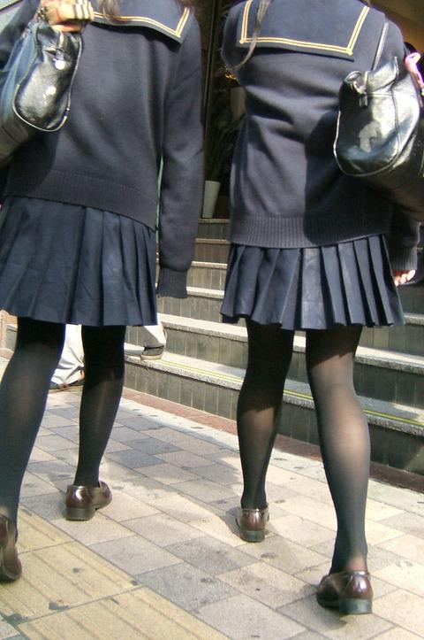 【エロ画像】寒くなり街に増えてきた黒タイツJKの画像を貼りますwwwwwww13_2015120911565946d.jpg