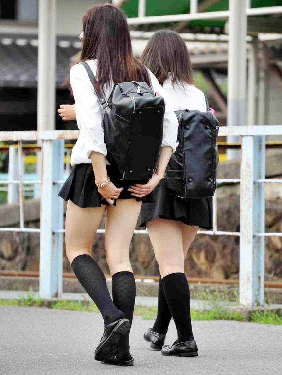 【チラリズム】JKのスカートが短すぎて尻肉チラリが街中で頻発してる件!wwwwwww【画像30枚】13_20160607014934433.jpg