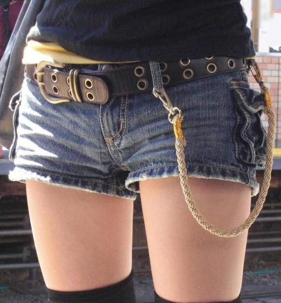 【ホットパンツ】尻肉や太ももが一層エロく見える最高のファッションwwwww【画像30枚】13_20160704185227d8f.jpg