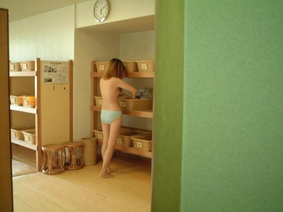 女の子の脱衣所でのエロい様子を盗撮した画像を大量ゲット!wwwwwww【画像30枚】13_20160821015824b92.jpg
