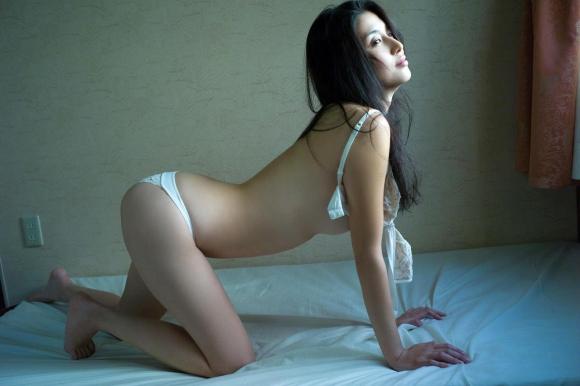 橋本マナミちゃんのフェロモンがプンプン伝わってくるセクシーグラビア画像【30枚】14_20151223031853f14.jpg