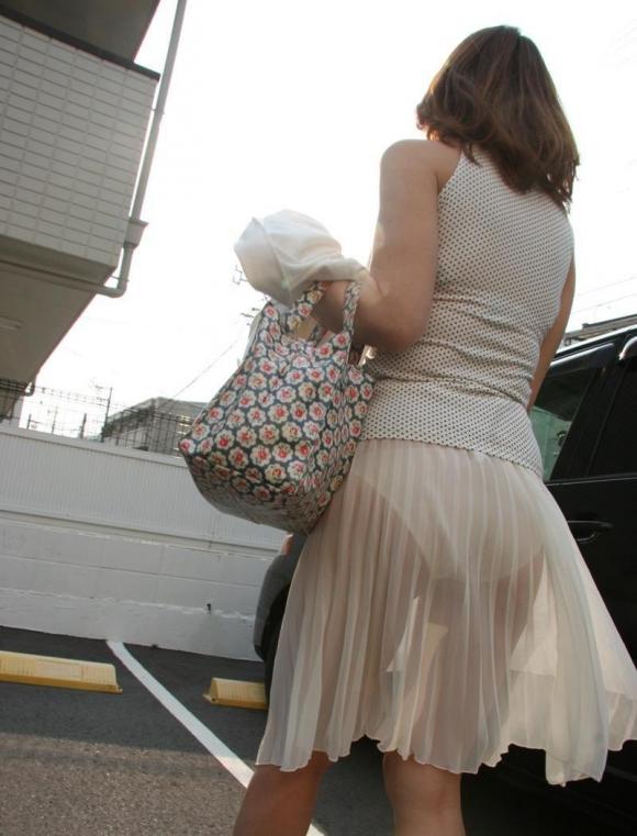 外なのにこんなパンツ透け透け公然猥褻な服装が許されるなんて・・・・・wwwwwww【画像30枚】14_20160225203043c49.jpg
