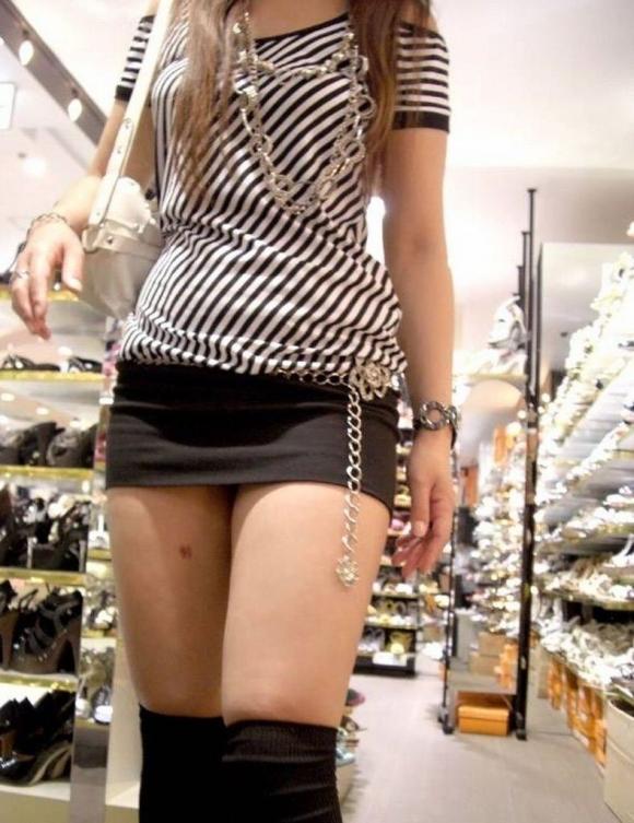【街撮り】ナンテコッタイwwwパンツ見えそうな服装で外出してる素人が多すぎるwwwwwww【画像30枚】14_20160519221425fb9.jpg