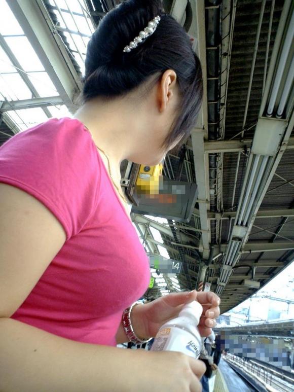 【着衣おっぱい画像】エロ目線で街を歩いたらよくブチ当たる素人の着衣おっぱい画像を並べてみるwwwwwww【画像30枚】14_20160826123646b02.jpg