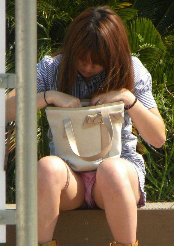 【エロ画像】いつも誰かがスナイパーのようにどこからか狙ってるwwwしゃがみ込み/座り込みパンチラにくれぐれもご注意をwwwwwww15_20151204170814c06.jpg