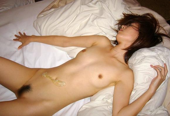 ヤリ終わって使用済みコンドームに溜まった精液の量を確認する女wwwww【画像30枚】15_20151216133533c71.jpg