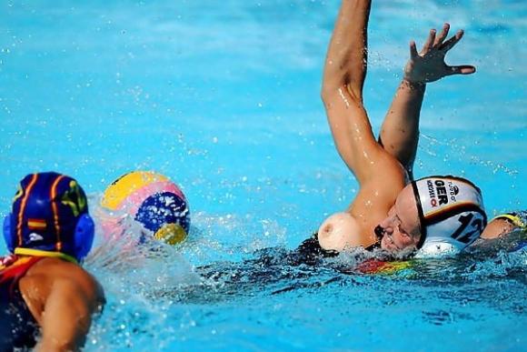 水球競技ってポロり頻発で初めて見たけどすごかったwwwww【32年ぶりオリンピック出場決定】15_201512211735519c0.jpg