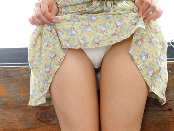 かわいい女の子が恥じらいながらスカート捲って今日履いてるパンティーを見せてくれてる姿に大興奮wwwww【画像30枚】15_20160102195501529.jpg
