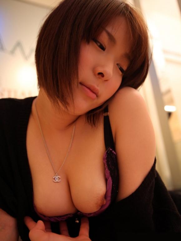 服着たまま乳首丸出ししちゃってる女の子・・・・・エロすぎますwwwwwww【画像30枚】15_2016021420571905d.jpg