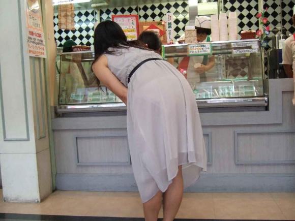 外なのにこんなパンツ透け透け公然猥褻な服装が許されるなんて・・・・・wwwwwww【画像30枚】15_201602252030452ca.jpg