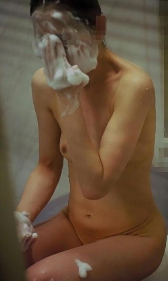 【民家盗撮】入浴中の素人を狙ったお風呂場の盗み撮りに成功したった!【画像30枚】15_20160624143820f4d.jpg