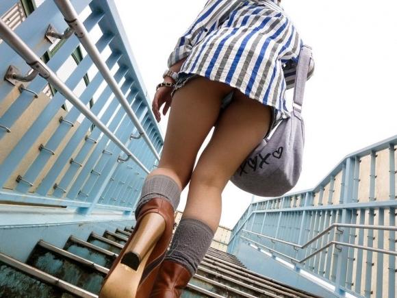 【ローアングル】階段下とかエスカレーター下から撮ったパンチラ画像がやっぱ鉄板だわwwwwwww【画像30枚】15_2016082101215462c.jpg