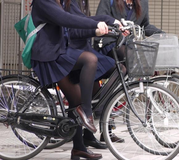 【エロ画像】寒くなり街に増えてきた黒タイツJKの画像を貼りますwwwwwww16_2015120911571783b.jpg