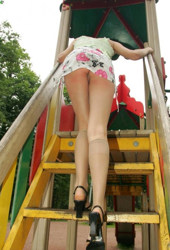 ノーパンだから平気でアワチラしちゃう女の子wwwwwww【画像30枚】16_20160114225142dd0.jpg