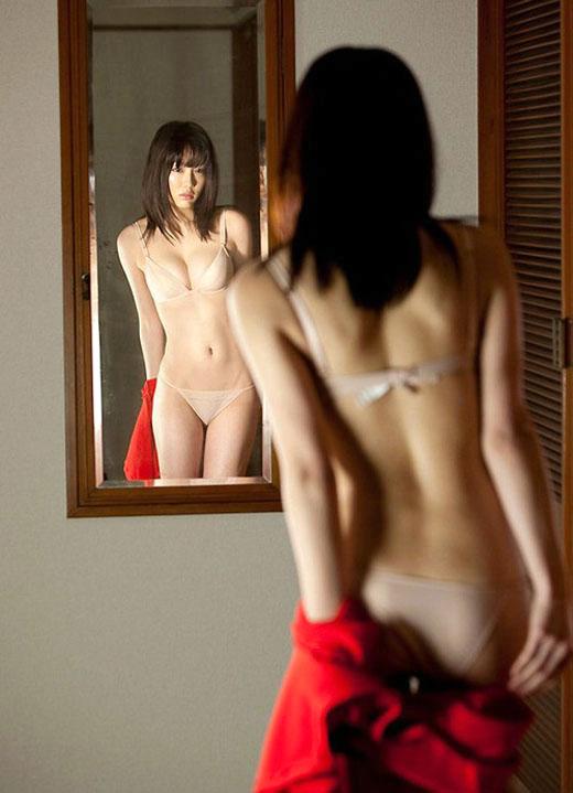 鏡の反射テクニックを巧妙に用いたら女の子のエロさが2倍になったwwwwwww【画像30枚】16_20160205212926934.jpg