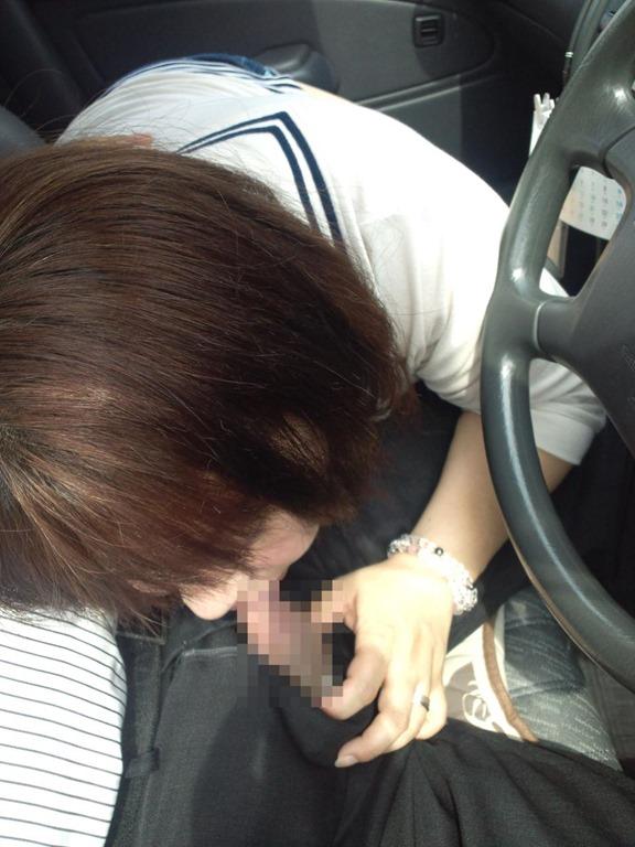 渋滞中で暇だからってwww平気で車内フェラしちゃう素人カップルの証拠写真を発見wwwwwww【画像30枚】16_20160320040151e6b.jpg