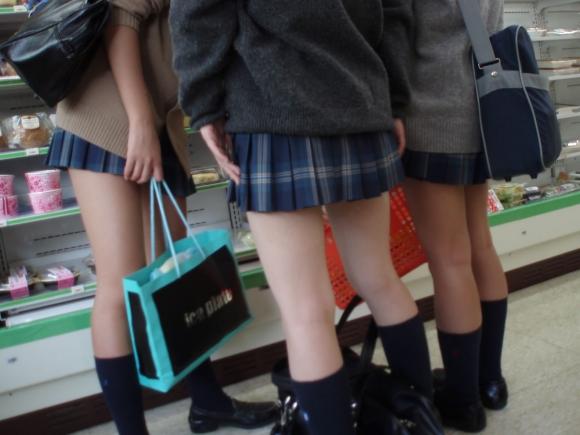 現代っ子なJKたちのスカートが異常なほどに短すぎる件wwwwwww【画像30枚】16_20160331213823b7b.jpg