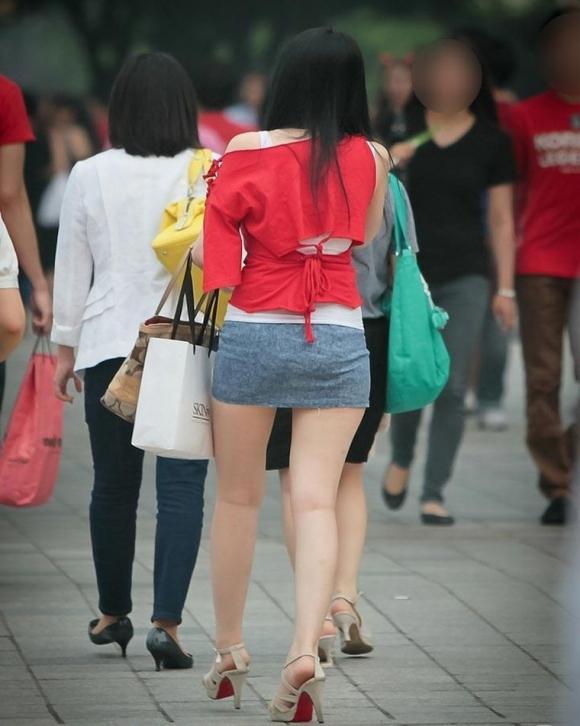 素人なのにパンチラしそうな短すぎるミニスカ履いてる女の子が多すぎるwwwwwww【画像30枚】16_20160730220452d27.jpg