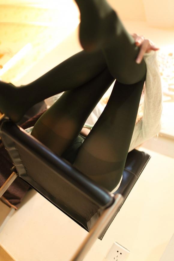 【エロ画像】黒タイツ黒ストッキングを履いた脚がくっそエロくてくっそ抜ける件・・・・・wwwwwwwwwww17_20151128095821c95.jpg