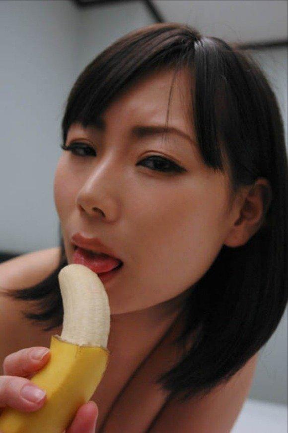 バナナをチンコに見立てた擬似フェラが想像力を刺激してヤバいwwwwwww【画像30枚】17_2015121423310264b.jpg