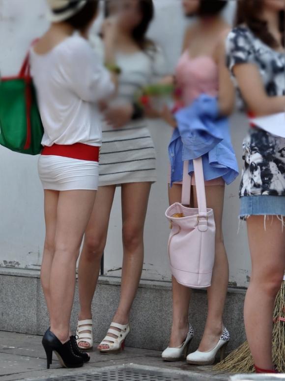 洋服の中では一番のエロさを誇るミニワンピを着てる女の子を街撮り盗撮ぅぅぅぅぅwwwww【画像30枚】17_20151220031726a50.jpg