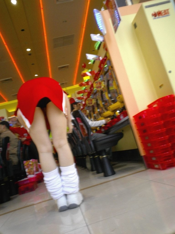 パチンコ店内で撮られたパンチラありの尋常じゃなくエロい店員さんwwwww【画像30枚】17_201602072037363d9.jpg
