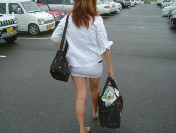 外なのにこんなパンツ透け透け公然猥褻な服装が許されるなんて・・・・・wwwwwww【画像30枚】17_2016022520310007b.jpg