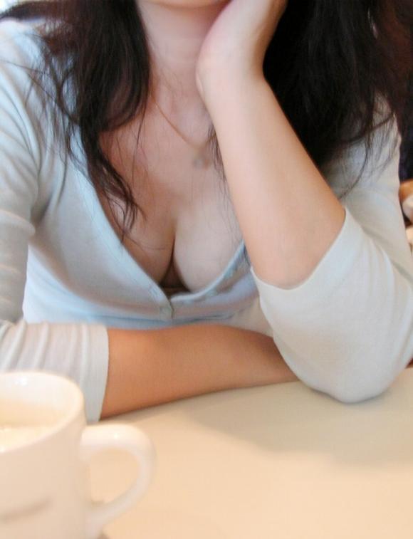 【乳首アリ】ゆるゆるの胸元を凝視してたらエロショット連発!wwwwwww【画像30枚】17_201606292159435da.jpg
