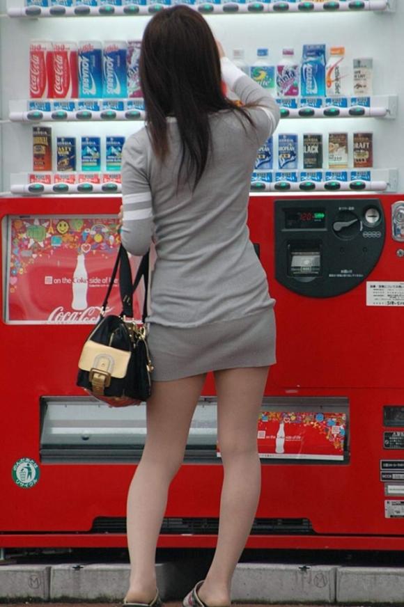 洋服の中では一番のエロさを誇るミニワンピを着てる女の子を街撮り盗撮ぅぅぅぅぅwwwww【画像30枚】18_20151220031726d62.jpg
