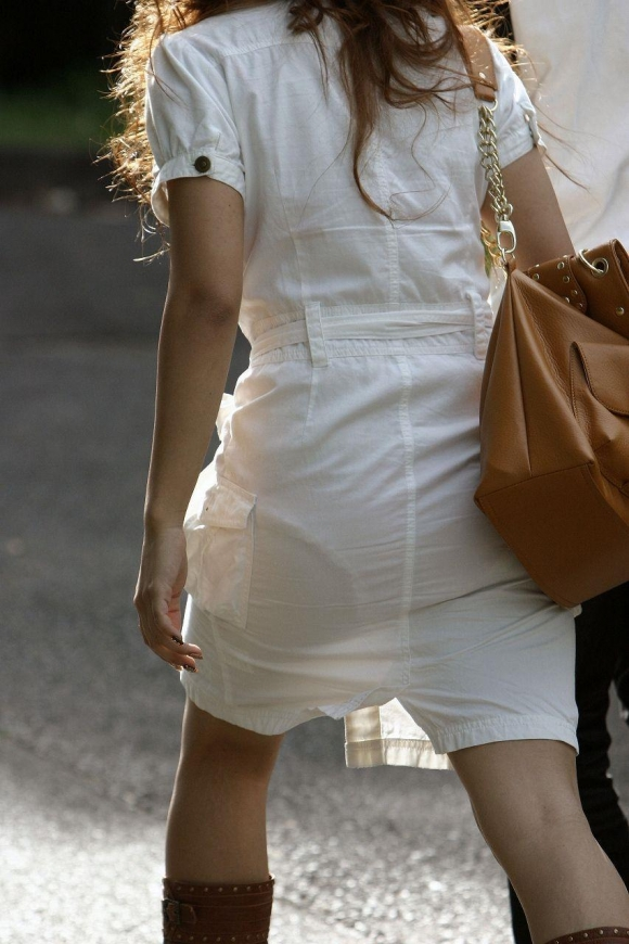 外なのにこんなパンツ透け透け公然猥褻な服装が許されるなんて・・・・・wwwwwww【画像30枚】18_20160225203102da3.jpg